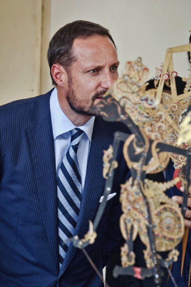 Crown Prince Haakon of Norway listens to Sri Sultan Hamengkubuwono X as he talks about the traditional Javanese puppet or Wayang during visit Yogyakarta Kraton Palace on 28 Nov 2012