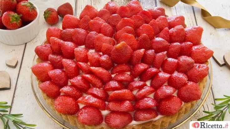 La crostata di fragole è un dolce goloso composto da una base di pasta frolla, uno strato di crema Chantilly ed una decorazione a base di gustosissime fragole.