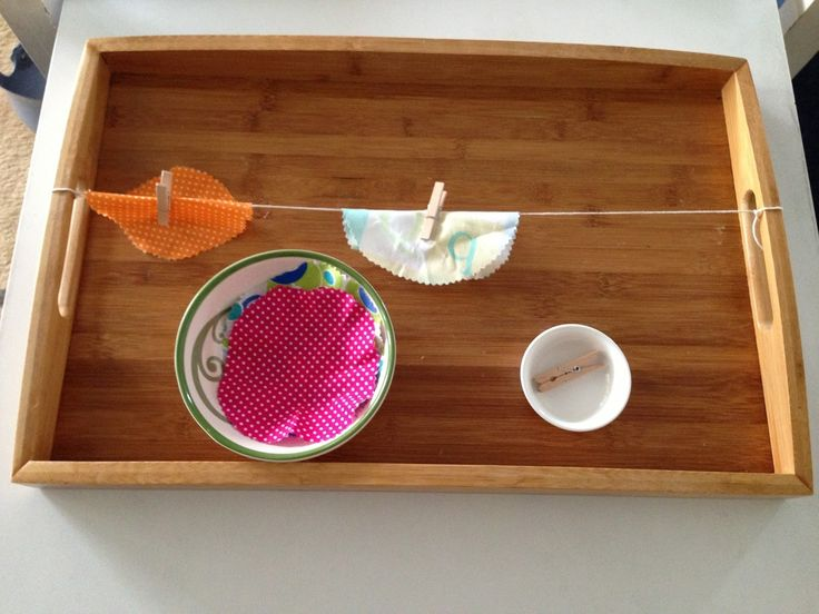 Montessori Tray idea: Clothes hanging. This is a Practical Life type of activity and the aim is to help children become more independent in the caring for their environment as well as building up voluntary movements  #Montessori #PracticalLife
