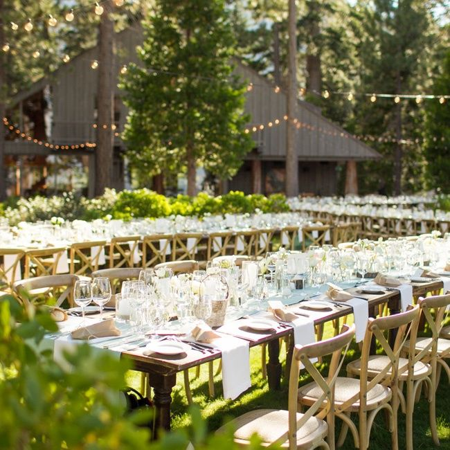 To Spotlight The Natural Beauty Of Lake Tahoe Jessica And Brian Kept Everything As Simple Clean Possible Crisp Neutral Linens L