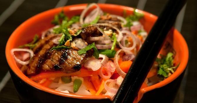 Recette de Japchae ou nouilles coréennes au boeuf et légumes. Facile et rapide à réaliser, goûteuse et diététique.