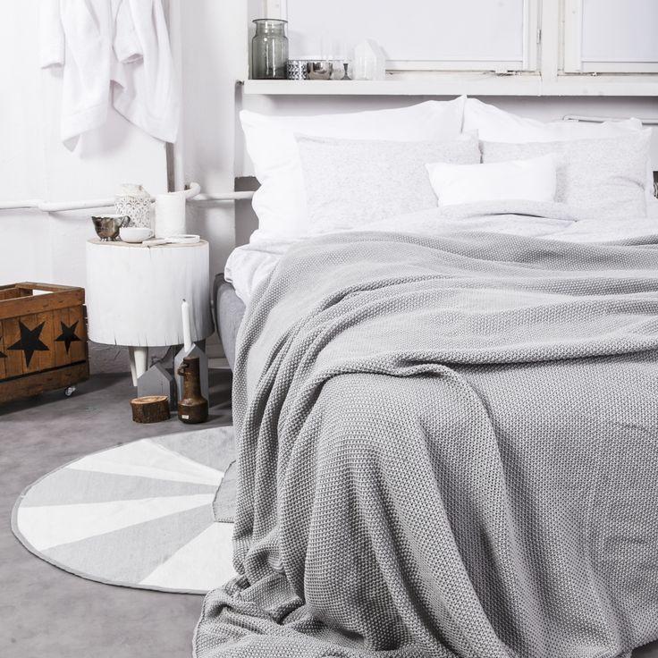 Szara KocoNarzuta o splocie ryżowym będzie idealnym dodatkiem do każdego wnętrza. Wkomponuje się zarówno w nowoczesne czy loftowe aranżacje, ale również doda szyku eleganckiej sypialni. Doskonale sprawdzi się jako narzuta na podwójne łóżko jak i koc w chłodniejsze wiosenne wieczory.