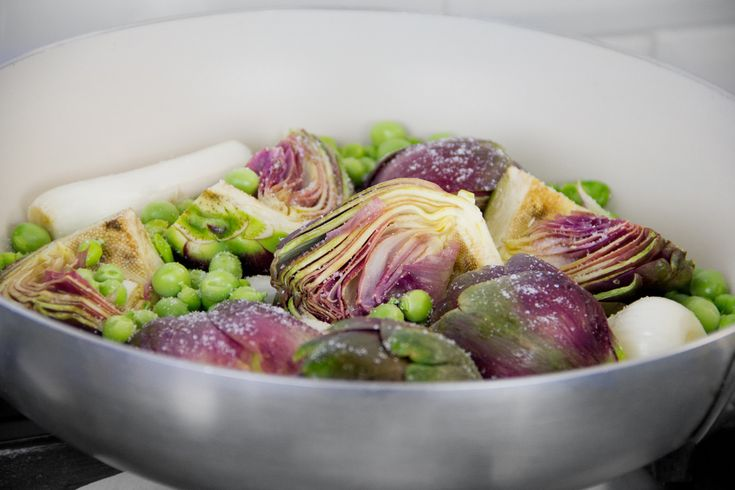 Una ricetta semplice per esaltare i sapori dell'orto, la vignarola appartiene alle ricette della tradizione laziale. Le verdure sprigionano il meglio