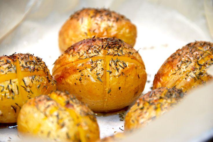 Her får du en virkelig dejlig og nem opskrift på hele råstegte kartofler i ovn. Kartoflerne snittes og pensles med olie, inden de bages hele. Hele råstegte kartofler i ovn er skønne ovnkartofler me…