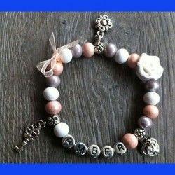 Sieraden, peach kleurige kinder armband met naam en bedels