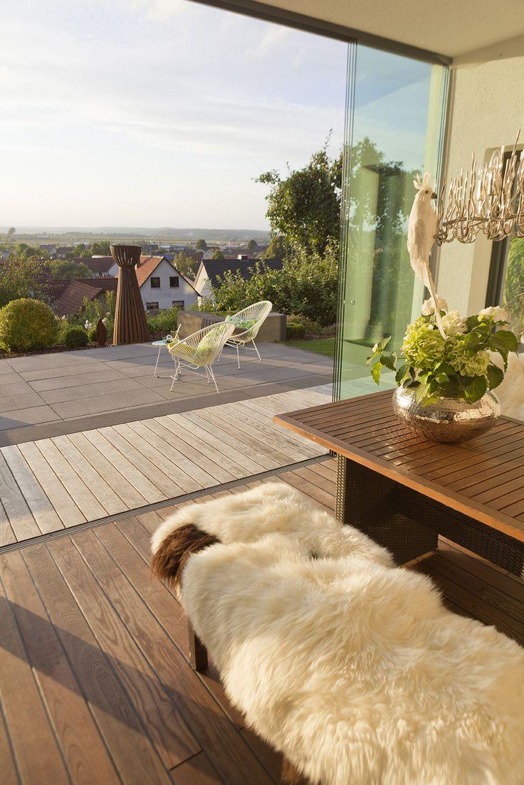 Nahtlose übergänge schaffen mit einem schritt durch die glastür vom wohnzimmer auf die terrasse