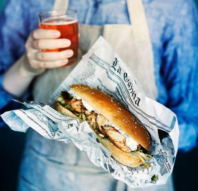 Hot Dog with Grilled Chicken and Fetaspread with Chives, Mint and Basil. Hodari grillatulla broiskulla ja yrttifetalla. Food & Style Kati Pohja, Photo Riikka Kantinkoski.  | Kotivinkki Magazine 10/2014