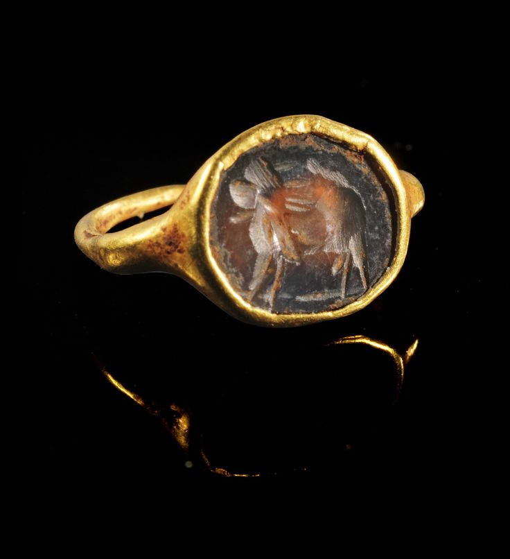 Golden ring with a ringstone made of orange cornelian showing the sun lion (?). Roman, 2nd - 3rd century A.D.