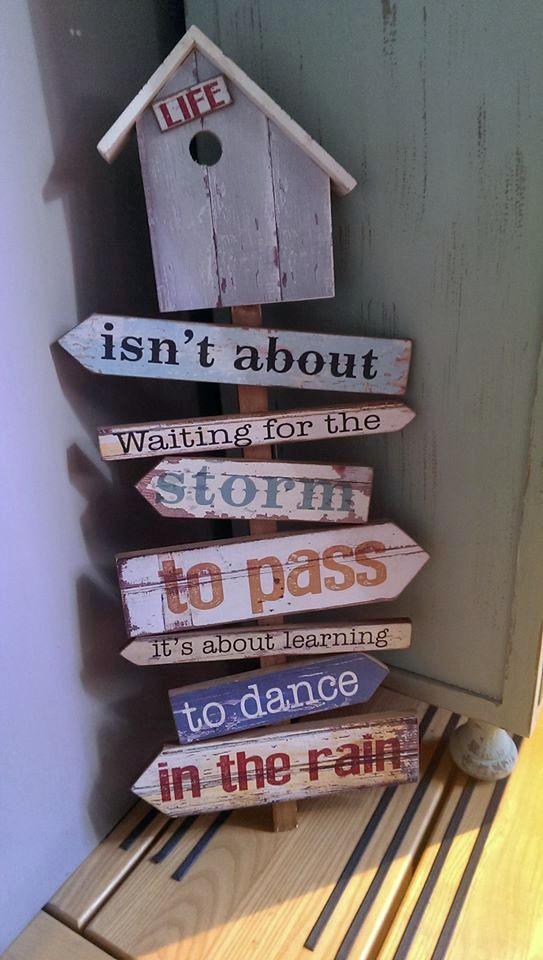 Deze prachtige wegwijzer kwam ik vanmiddag tegen tijdens mijn zoektocht naar meubels voor ons toekomstige huis. Deze mooie quote spreekt mij erg aan en vind ik zeker de moeite waard om met jullie te delen...#dancingintherain #positivethinking