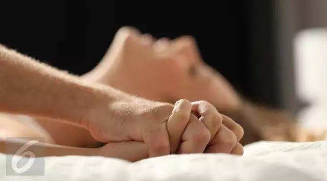 Jakarta Seks menjadi hal sensitif yang diperbincangkan. Anda mungkin biasa membicarakan seks dengan pasangan atau sahabat dekat. Namun berbagai tips seks bila ingin Anda coba agar makin bergairah di ranjang juga terdapat di internet. Ditulis dari Daily Star Kamis (20/7/2017) tips seks terbaik ini bisa Anda coba bersama pasangan malam in: 1. Semakin lambat semakin baik Anda tidak harus selalu berhubungan seks dengan cepat. Seks yang dilakukan lambat dan perlahan-lahan justru membuat sesi…
