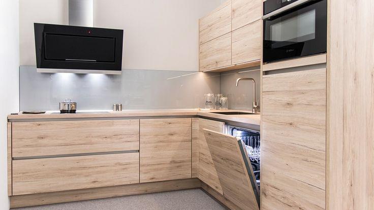 Keukenloods.nl - Strakke hoekkeuken in houtdecor. De keuken is uitgerust met Bosch apparatuur en een greeploos design. Deze keuken is te bewonderen in de vestiging Zwaag