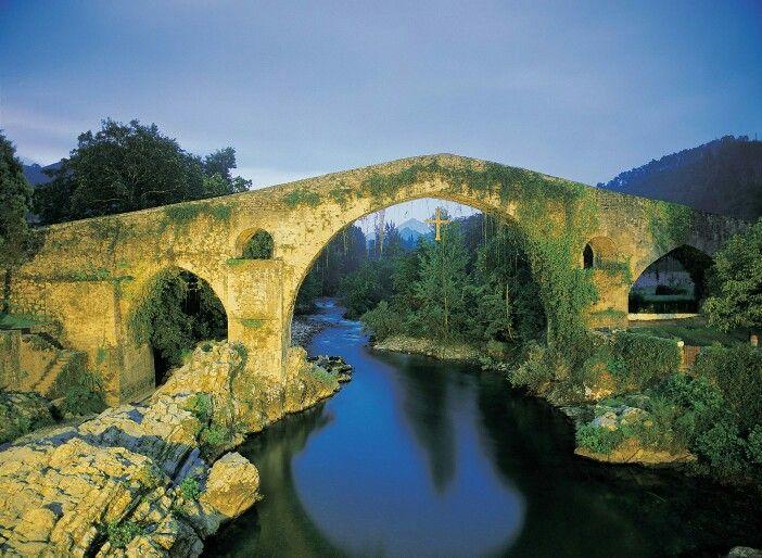 Puente Romano  de Cangas de Onis al atardecer.