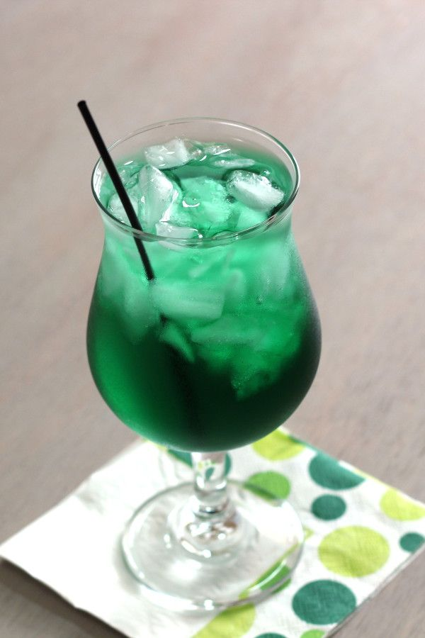 Misty mint cocktail with creme de menthe and rum get this for Green alcoholic drinks recipes