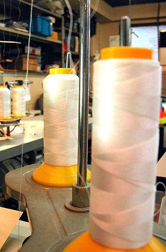 【Material】●Line●〜最強の糸、ボンド糸〜    強力な素材たちを一つにまとめ、ガッシリとつないでくれる糸・・・それは、ヨットのセイルを縫う糸と全く同じ「ボンド糸」。