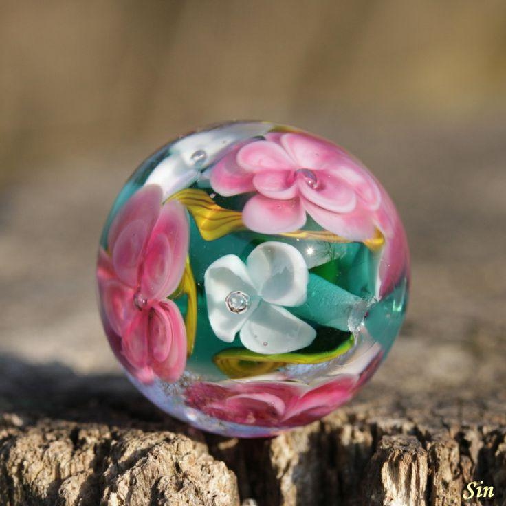 Květinová vinutka Simona Velká autorská květinovávinutka na přání.Velikostvinutky je 2,3 a2,1 cm.Dírka 2-3 mm.V ceně dva doplňkové korálky.