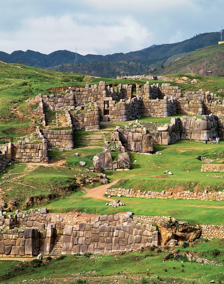 Ruinas de Sacsayhuamán, Perú. Las colosales murallas de esta fortaleza emplazada en pleno Camino Inca medían 9 metros de alto por 5 de ancho, y estaban sostenidas por bloques de piedra que pesaban hasta 350 toneladas.