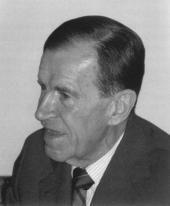 Carlo Maria Cipolla (1922-2000) fue un historiador económico italiano. A través de la historia económica, con un enfoque humanista de la misma, mostró un mayor interés en las causas que han provocado determinadas situaciones económicas y sociales a lo largo de la historia, que por hechos materiales y cifras concretas. Fue también conocido por sus artículos sobre la superpoblación y sus ensayos sobre la estupidez humana.