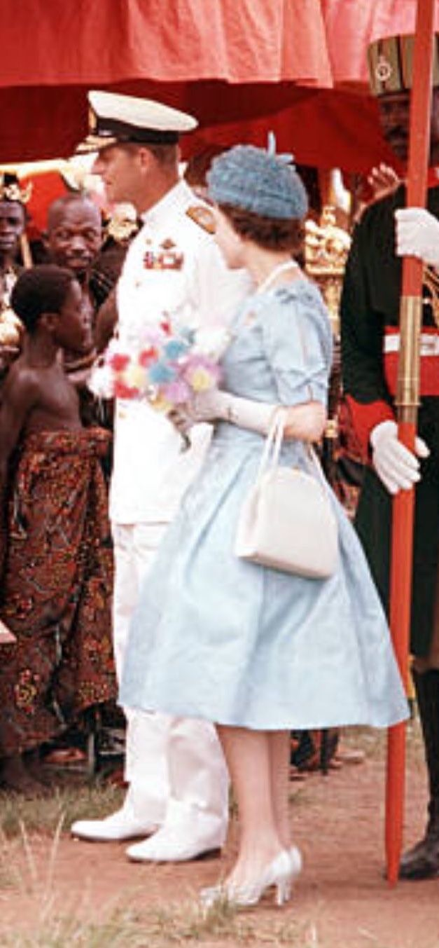 1961 West Africa Queen Elizabeth Ii And Prince Philip The Duke Of Edinburgh Are Pictured Meeting Native People Famille Royale Angleterre Famille Royale Royal [ 1353 x 627 Pixel ]