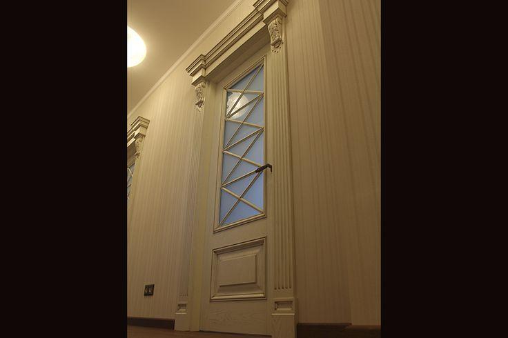 Одностворчатая дверь с порталом и расстекловкой. Материал - МДФ крашенный с патиной -Входные двери -Межкомнатные двери -Галерея