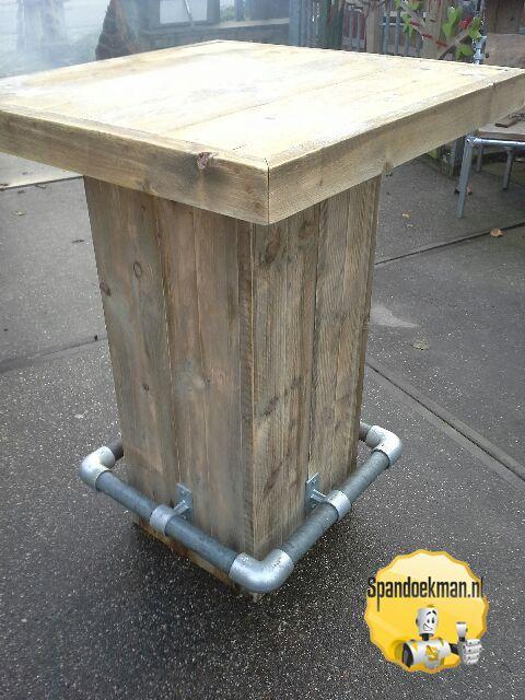 Statafel gemaakt met behulp van steigerhout, steigerbuizen en buiskoppelingen…