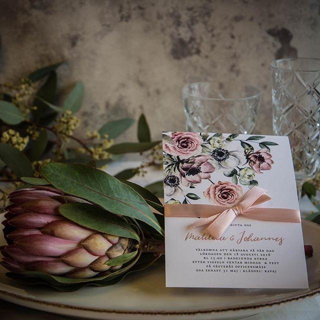 Här ser ni kortet Rosa Floral fotat av den grymt duktiga @birgittatrollhag Du är bäst 😘 #inbjudningskort #bröllopsinbjudan #inbjudanbröllop #trycksakerbröllop #bröllopsinspo #bröllopsinspiration #bröllop2018 #bröllop2019 #weddinginvitation #weddingstationary #bröllopskort #annagörandesign