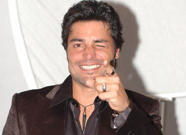 """Durante su célebre trayectoria Chayanne ha grabado veinticuatro álbumes. Sus canciones han superado consistentemente las listas de radio obteniendo una marca al prevalecer veintiocho ocasiones en los """"Hot Latin Songs Charts"""", ocupando la cuarta posición en las listas de éxitos en la historia de estas prestigiosas carteleras."""