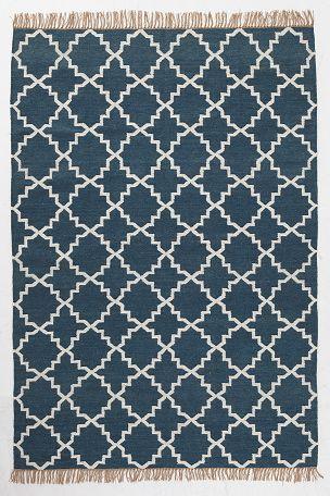 Smukt tæppe med etnisk mønste. Uldkvalitet med frynser på kortsiderne. <br><br>For øget sikkerhed og komfort, brug et skridsikkert underlag som holder dit tæppe på plads. Skridsikre underlag findes i flere forskellige størrelser. <br><br>100% uld<br>Støvsugning/skumrens