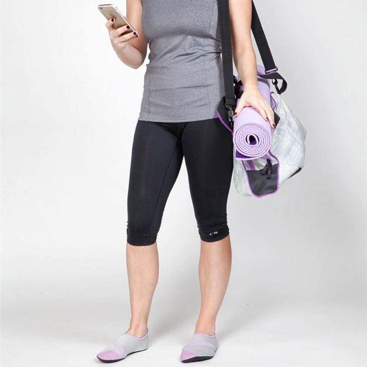 Vad använder du på yogapasset? Fitkicks är bekväma skor som ger dig ett stabilt grepp och gör så att du slipper vara barfota på yogamattan