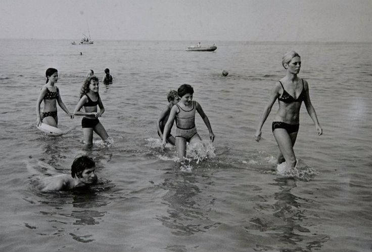 Jean-Claude Deutsch :: Brigitte Bardot at the beach being followed by kids / source: Deutsch