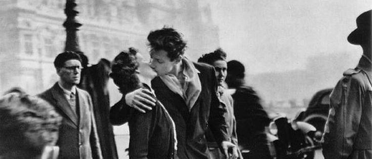 """Se dice que """"El beso del Hotel de Ville"""" del fotógrafo francés #RobertDoisneau se ha convertido en el póster más vendido de la historia."""