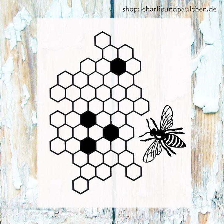 Stanzform Bienenwaben mit Biene * Lieferung Ende Mai *-   Stanzform Bienenwaben- Hintergrund und Biene aus Stahl-made in USA.  Die Waben-Stanze hat eine Größe von ca.7,7 x 9,7 cm und ist eine Negativ-Stanze.  Die Biene wird positiv ausgestanzt, damit man sie auf die Wabe setzen kann.  Somit sowohl für Karten in rechteckig als auch in quadratisch geeignet.  Alle unsere Stanzen sind exklusive Charlie & Paulchen  Designs und nur bei uns erhältlich.  25,95 €