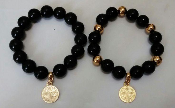 Pulseras en turmalina negra, medalla de San Benito.