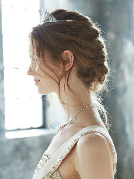 ゆるやかに編みこんだアップヘアのサイドは、ゆるく巻いた後れ毛をたらしてニュアンスを出して。  ■お問い合わせ先 スタージュエリー銀座店(スタ...