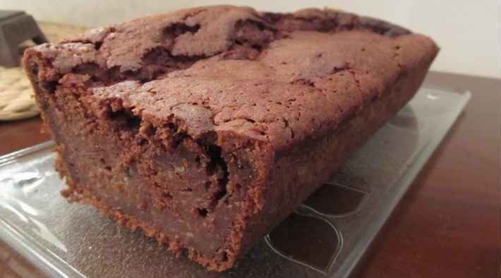 Low Carb Rezept für einen Low-Carb Zucchini-Schokoladenkuchen. Wenig Kohlenhydrate und einfach zum Nachkochen. Super für Diät/zum Abnehmen.