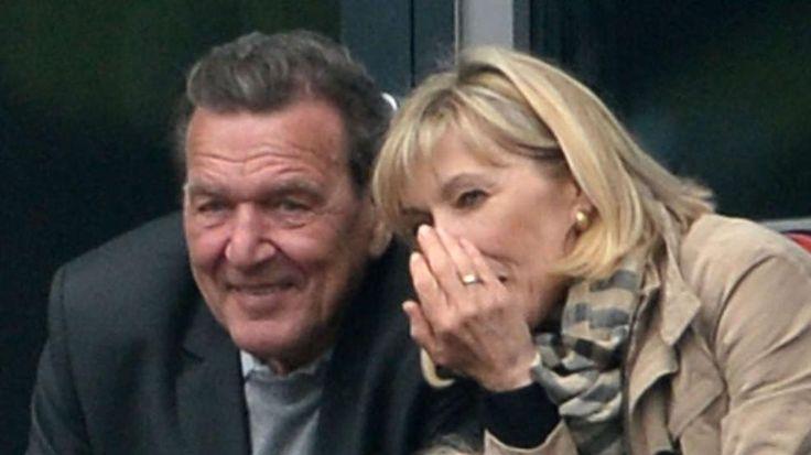 Die Versöhnung: Hier lächeln die Schröders ihre Krise weg -  Ende März hatte das Ehepaar bekannt gegeben, dass sie getrennte Wege gehen -   Gemeinsam schauten die Schröders das Spiel von Hannover 96 gegen Hoffenheim (25.4.2015) http://www.bild.de/politik/inland/gerhard-schroeder/undschroeder-koepf-laecheln-krise-weg-40704128.bild.html