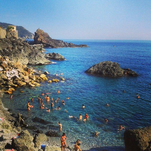 La spiaggia di Framura, in provincia di La Spezia, è formata da ghiaia e ciottoli, incorniciata da un mare cristallino.  Una piccola gemma per chi ama il mare e la natura incontaminata. La plage de Framura, dans la province de La Spezia, est constitué de gravier et des cailloux, entourée par la mer bleue claire. Un petit bijou pour ceux qui aiment la mer et la nature. #IPerlaApp #Framura Credit: https://instagram.com/p/5eIuPgDPZ3/