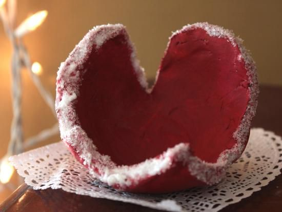 Heart-Shaped Clay Bowls: A lovely seasonal gift made of air-dry clay. Perfect for holding candies or found treasure. Looks great on a mantlepiece!