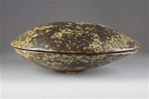 Ask med lock, Biot, Frankrike Starkeldsfajans med spräcklig glasyr. Signerad. 22x19 cm. Höjd 7,5 cm.