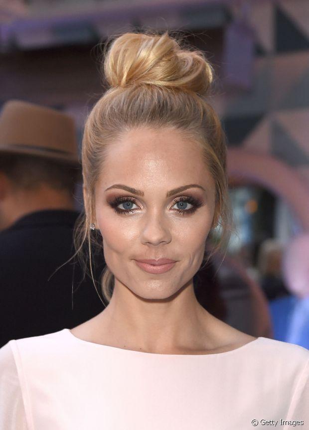 Laura Vandervoort's soft brown smoky eye: get the look!