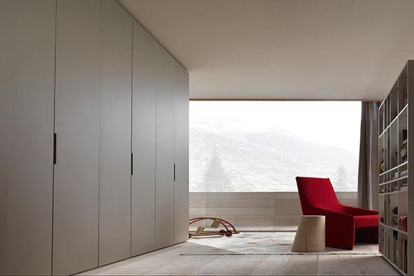 Szekrény galéria | Dr. Gardrób  Magas nyílóajtókkal szerelt beépített szekrény, melyben a rejtett fogantyúk erősítik tovább a minimalista stílust.  http://drgardrob.hu/