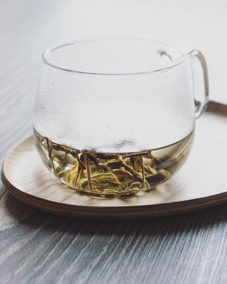 """Men Huang: si traduce in cinese con """"sigillare il giallo"""" ed è il cugino di sha qing, """"uccidere il verde"""". Men huang rappresenta la fase più importante della lavorazione del tè giallo. Perché è così importante sigillarlo, quel giallo? Perché è proprio lì che accade la magia del tè finale: il suo bouquet aromatico si arricchisce di nuove sfumature, la texture del liquore diventa morbida e soave, e l'astringenza svanisce."""