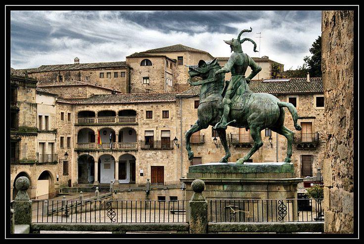 Trujillo. Estatua ecuestre de Francisco Pizarro en la Plaza Mayor.Equestrian statue of Francisco Pizarro in Trujillo, Cáceres, Spain.