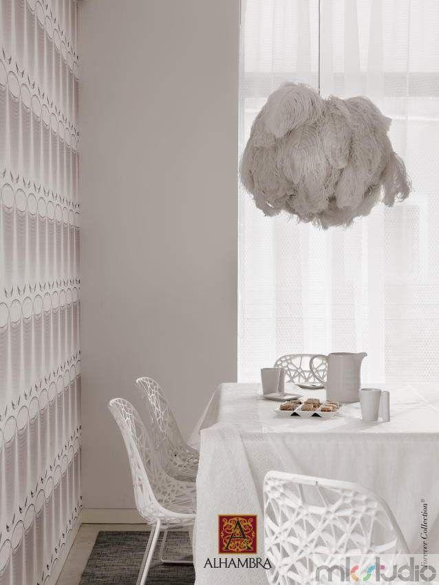 Biała jadalnia, biały stół i białe krzesła, białe firanki, oryginalna lampa, tapeta - MK Studio - http://www.mkstudio.waw.pl/