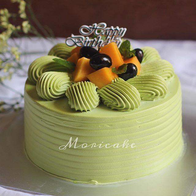 Matcha cake  Cốt bánh trà xanh được bao phủ bởi lớp kem trà xanh thơm mát ăn kèm với hoa quả tươi... -size: 18 -price: 220k _________________________ P/s: liên hệ Mori trước một ngày để đặt bánh nhaa #moricake #homemade #delicious #tiembanh #yummy#birthdaycake