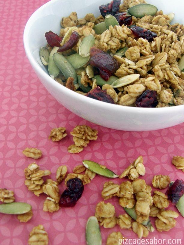 Granola de calabaza, puré de manzana y arándanos (una versión más saludable de la granola comercial). Sírvela con leche, yogurt o sola.