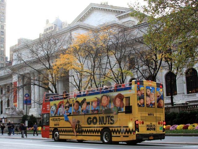 マンハッタンの5番街、ニューヨーク公共図書館前の路上にて