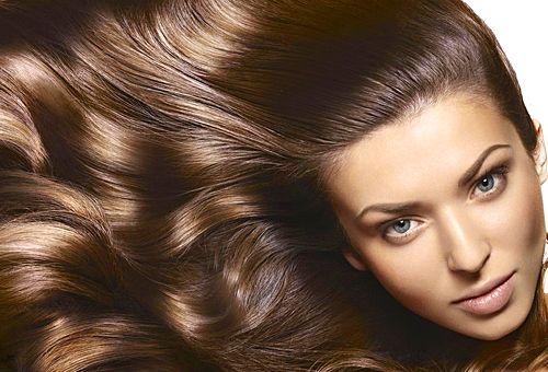 Маски для роста и красоты волос в домашних условиях Ингредиенты: 2 банана; 1 яичный желток; 1 чайная ложка лимонного сока. Размешай все ингредиенты до однородного состояния, нанеси на волосы массу. Заверни голову в полиэтиленовый пакет, утепли ее с помощью полотенца, платка или шапочки. Через полчаса смесь можно смыть, используй обычный шампунь. У тебя создастся впечатление,