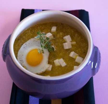 Zuppa di quinoa ---  Ingredienti per 4 persone: 200 g di quinoa bianca; brodo vegetale (o brodo leggero di pollo); 2 peperoni gialli di media grandezza; 1 patata; 100 g di primo sale; 4 uova di quaglia; 1 spicchio d'aglio; 1 cipolla rossao; lio extravergine d'oliva; timo; maggiorana