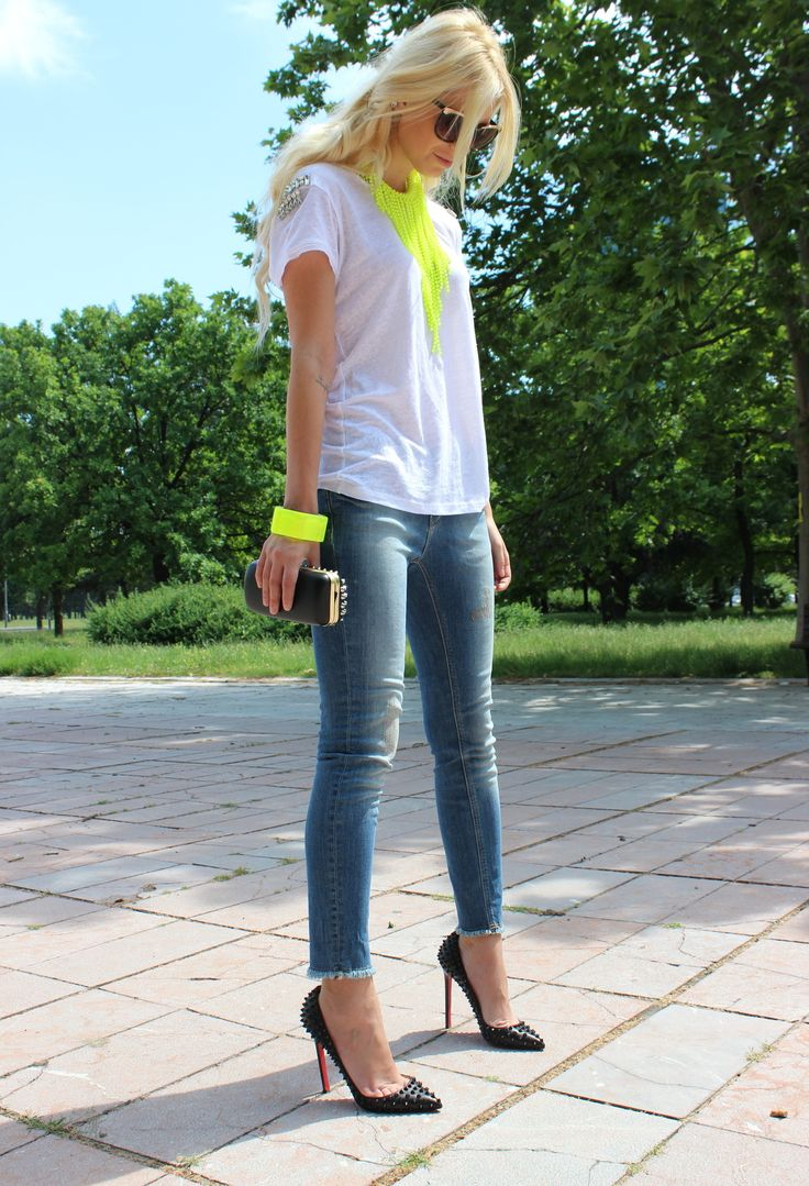 Outfit ideas. White top. Neon yellow accesories. Skinny jeans. Black pumps/ clutch.