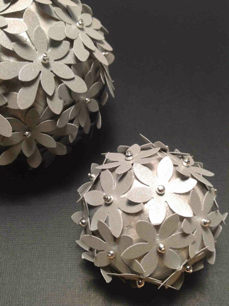 Sølvkugler med sølvblomster og sølvperler. Blomsterkugler i sølv. Bordpynt, pynt eller dekoration. Se mere på www.jannielehmann.dk